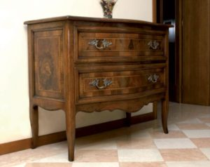 Chest of drawers in walnut with inlays